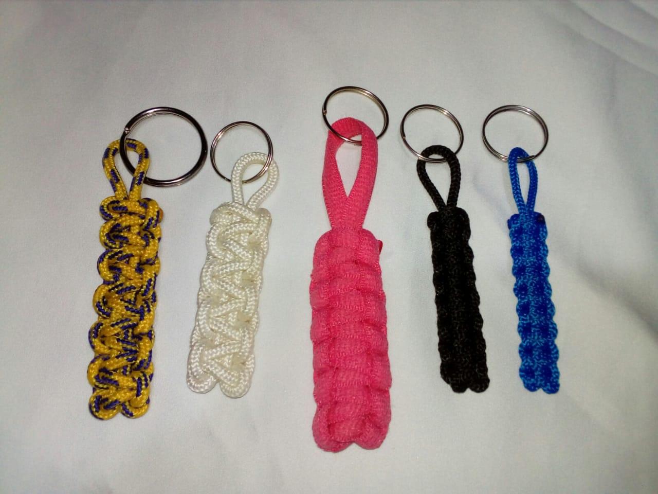 Llaveros tejidos a mano, producto artesanal